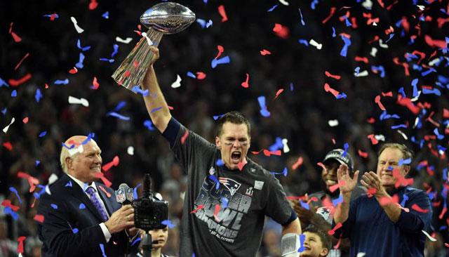Brady levanta por quinta ocasión el trofeo Vince Lombardi