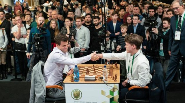 Carlsen en su partida contra Artemiev. Foto: Maria Emelianova/FIDE