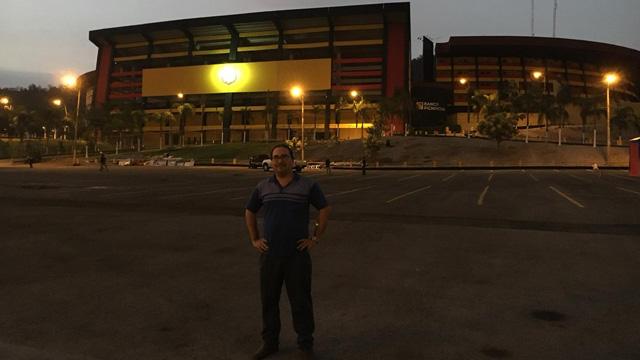 """En el Estadio Monumental Isidro Romero Carbo, en Guayaquil. Aquí juega el Barcelona de Guayaquil. Colores y escudo similar al """"otro"""" Barcelona"""