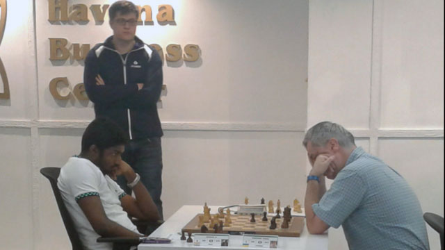 La partida entre Ivanchuk y Adhiban fue la más interesante de la quinta ronda del grupo Elite. El GM Samuel Sevian observa detenidamente el desarrollo de este duelo. Foto: Mi Columna Deportiva.