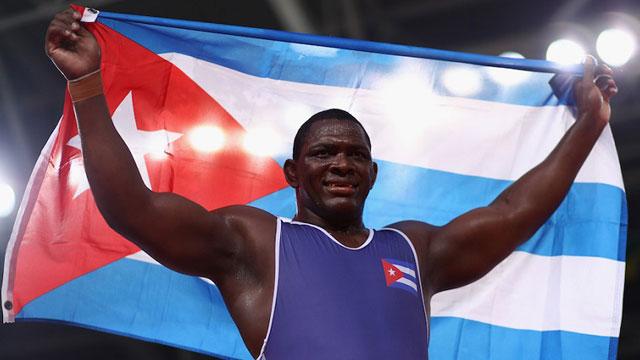 Miajín López, el abanderado de Cuba.