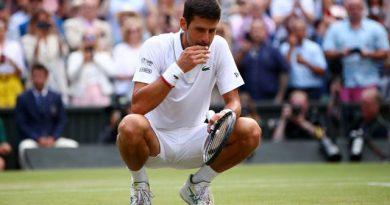 Novak Djokovic se agachó en la pista del All England Club, arrancó un pedacito de hierba que ingirió rápidamente y, luego, golpeó su pecho. Había ganado por quinta ocasión el título en Wimbledon
