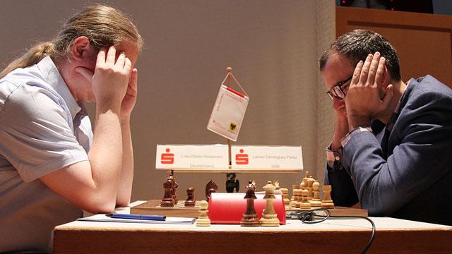 El GM Leinier Domínguez (a la derecha) superó en la primera ronda al veterano alemán Liviu-Dieter Nisipeanu (Foto tomada de la página en Facebook del evento)