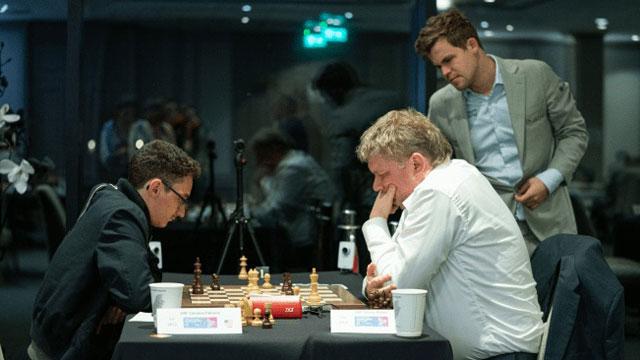 Caruana ha comenzado muy bien el torneo FIDE Chess.com Grand Swiss; mientras, el actual campeón, Carlsen, ha entablado dos de sus tres primeras partidas. Foto: Maria Emelianova/Chess.com.