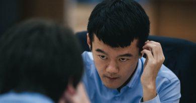 El GM Ding Liren ganó la segunda partida de la final de la Copa Mundial de ajedrez. Foto tomada del sitio oficial del evento