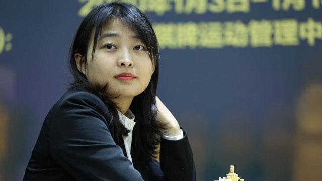 Ju Wenju ganó por tercera ocasión el título mundial de ajedrez. Foto tomada del sitio oficial del match