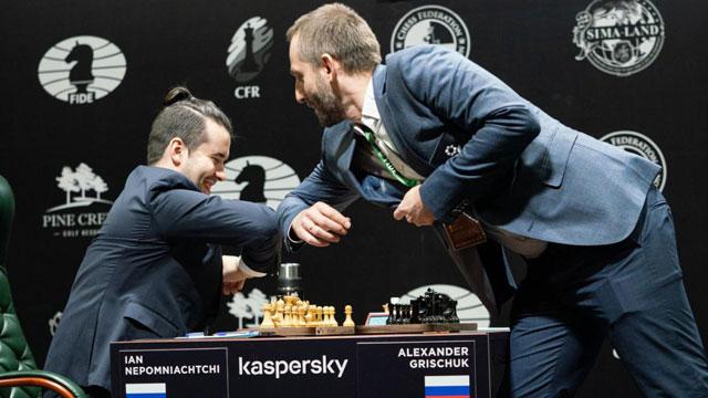 La imagen del segundo día del Torneo de Candidatos: choque de codos entre Nepo y Grischuk