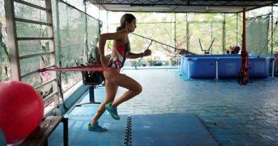 La triatleta cubana Leslie Amat armó una pequeña piscina en casa y hace ejercicios constantes para no perder la condición física. Otros deportistas cubanos han adoptado iniciativas similares. Foto: Ismael Francisco
