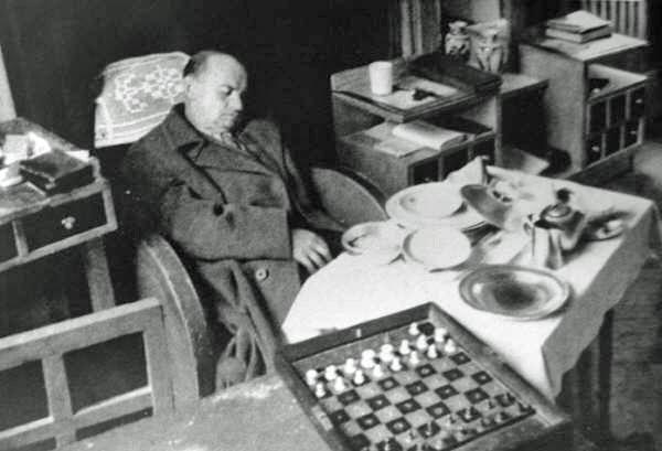 Así fue encontrado muerto en su habitación Alexander Alekhine. Foto tomada de ChessBase