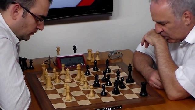 Leinier Domínguez en su enfrentamiento de 2017 ante Garry Kasparov.