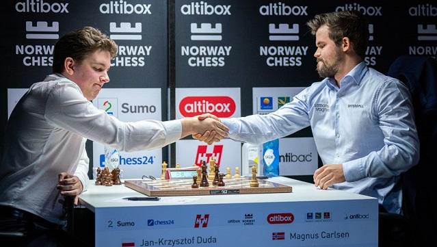Magnus Carlsen inclinó su rey frente al polaco Jan-Krzysztof Duda, en la quinta ronda de la octava edición del torneo Altibox Norway Chess, que se celebra en Noruega. Foto: Tomada de Chess24