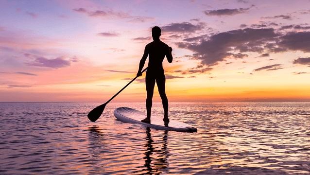 El paddle surf es uno de los deportes acuáticos que más popularidad ha logrado en años recientes.