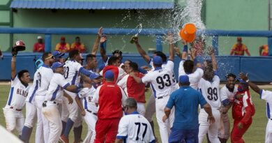 Un largo batazo de Guillermo García dio a los Alazanes de Granma su tercer título del béisbol cubano. Foto: Ismael Francisco.