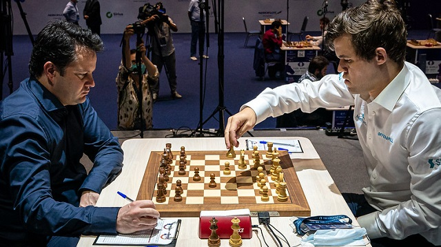 Magnus Carlsen volvió a derrotar a Etienne Bacrot y se clasificó a las semifinales de la Copa Mundial de ajedrez. Foto: Eric Rosen / FIDE