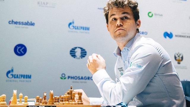 Magnus Carlsen abrió con victoria su match de cuartos de final ante el francés Etienne Bracot, en la Copa Mundial de ajedrez, en Sochi. Foto: Eric Rosen / FIDE