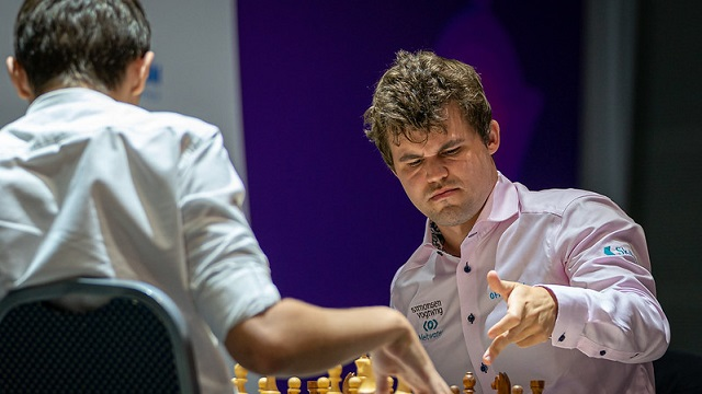 Magnus Carlsen venció a Andrey Esipenko, en las dos partidas blitz y avanzó a cuartos de final de la Copa Mundial de ajedrez, en Sochi. Foto: Eric Rosen/ FIDE