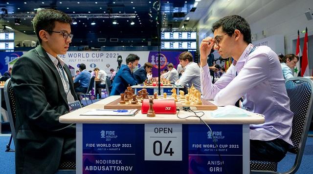 Anish Giri cedió, en las partidas rápidas, ante otro joven prodigio, el uzbeco Nodirbek Abdusattorov (2634), de solo 16 años. Foto: Eric Rosen / FIDE
