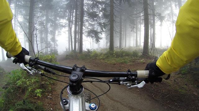 La bicicleta de montaña no solo proporciona la salud del pedaleo, sino que, además, gracias a la adrenalina y sensación de libertad que ofrece, libera grandes cantidades de endorfinas